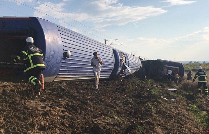 Туркияда поезд йўлидан чиқиб кетди: 10 киши ҳалок бўлди, 73 нафари жароҳатланди