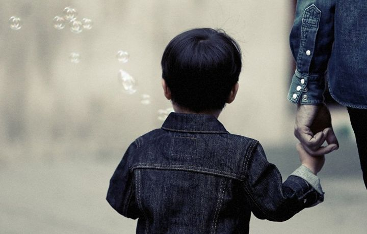 Ребенок застрял в огромной статуе - вазелин не помог (видео)