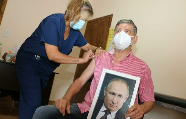 Aргентинада шаҳар мэри қўлида Путиннинг портрети билан эмланди