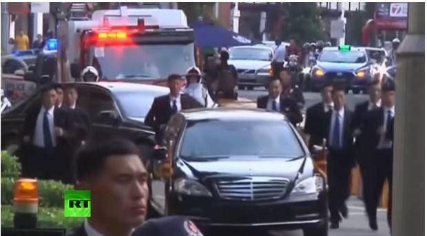 Ким Чен Иннинг лимузини ва унинг атрофида югурувчи тансоқчилар (видео)