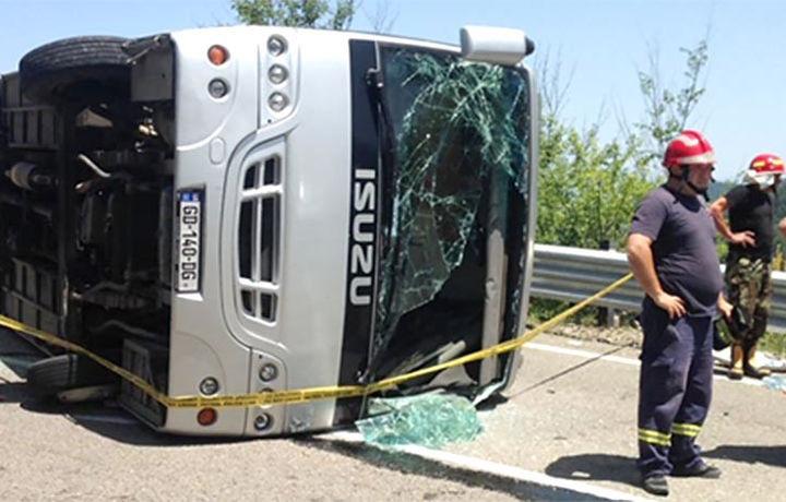 Автобус с туристами перевернулся в Грузии