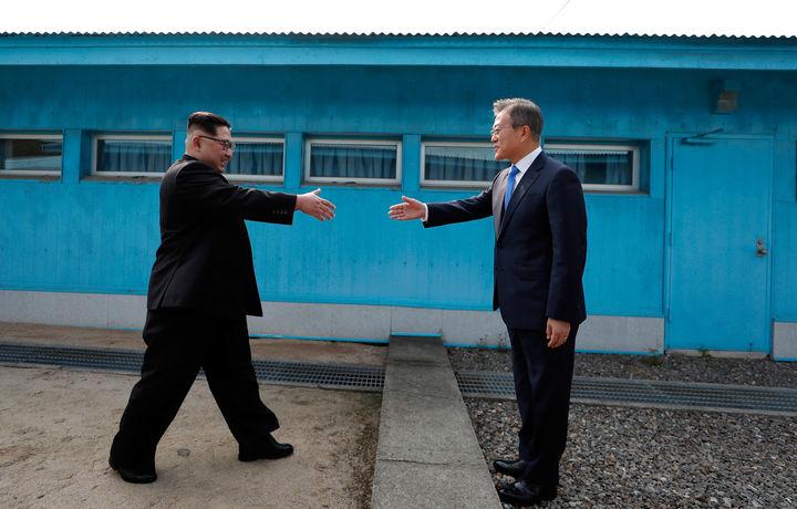 Икки корейс давлати раҳбарлари учрашувидан ажойиб фотожамланма