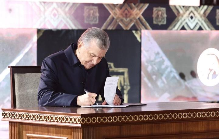 Президент саҳнанинг ўзида фармонга имзо чекди