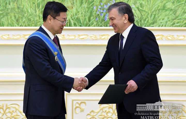 Шавкат Мирзиёев Хитой элчисини орден билан мукофотлади