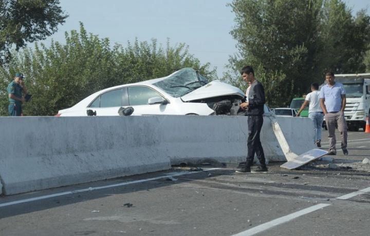 Bekobodda yangi «Malibu» yo'ldan chiqib ketib, beton to'siqqa urildi