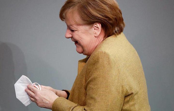 Ангела Меркелнинг ниқоб тақишни унутиб қолдирганидан сўнг шошиб қолгани акс этган видео вирус каби тарқалди (видео)