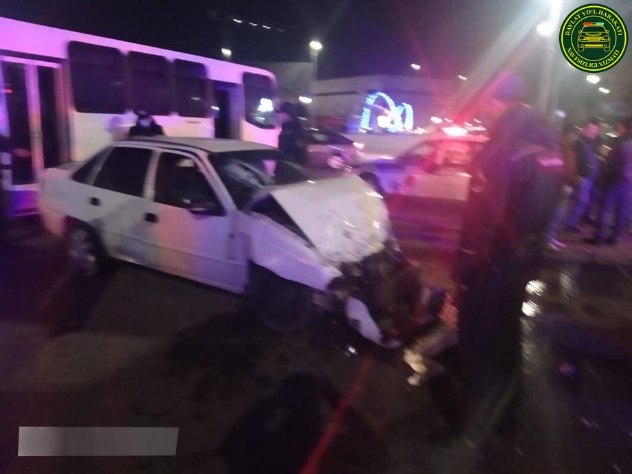 В Ташкенте Nexia врезалась в пассажирский автобус