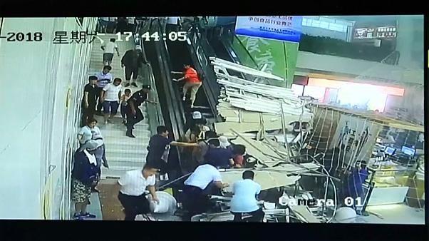 Хитойда туристлар устига шифт қулаб тушди (видео)