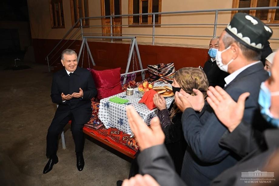 Shavkat Mirziyoyev hovlida qo'ni-qo'shnilar bilan gurung qildi (foto)