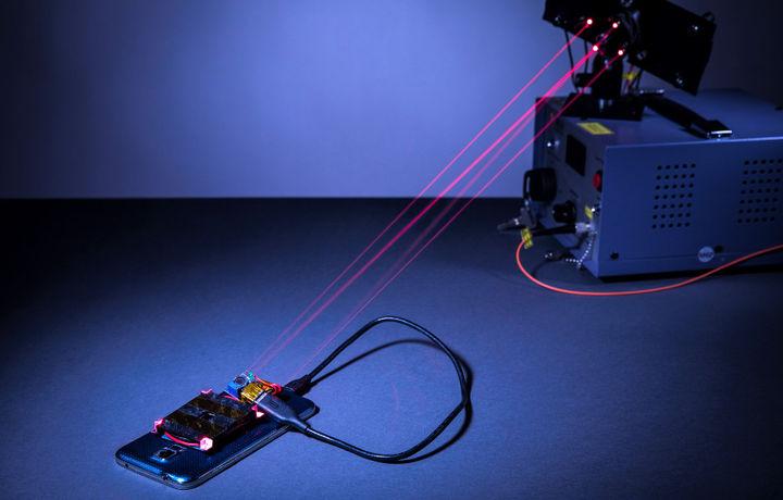 Бунақаси бўлмаган: лазер мобил қурилмаларни масофадан қувватлайди