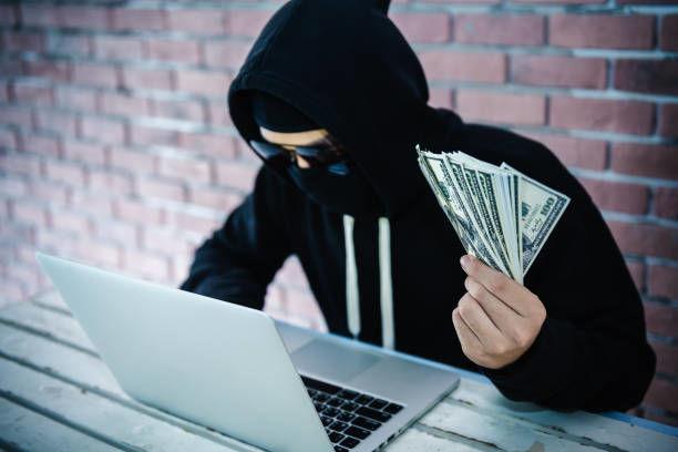 Пластик карталардан пул ўмариб келган сирдарёлик хакер қўлга олинди