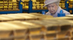 Қиролича Елизавета II Англия банкларидан биридаги олтин захираси сақланадиган жойни кўздан кечирмоқда. 2012 йил 13 декабр.