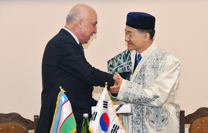 Корея вазирига фахрий профессор унвони берилди