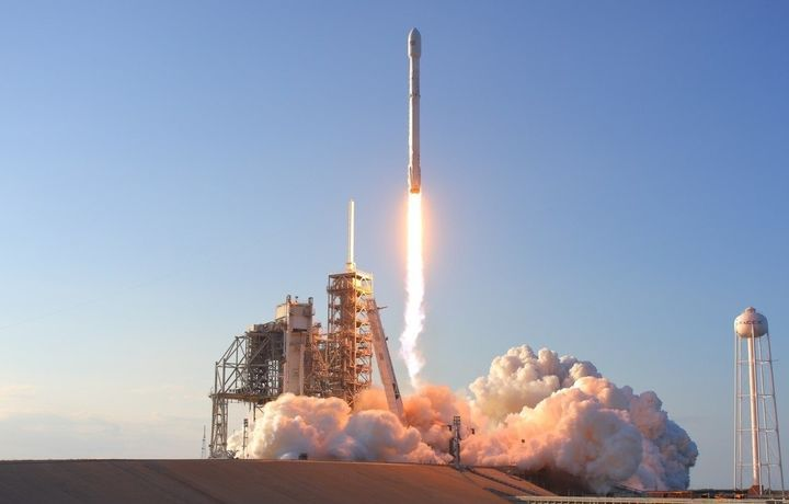 «SpaceX» глобал интернетни тарқатишга мўлжалланган иккита сунъий йўлдошини космосга муваффақиятли учирди (видео)