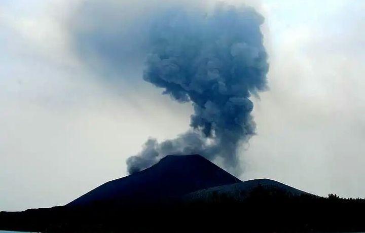 Indoneziyada bir sutkada 49 marta vulqon otildi