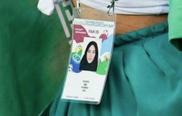 Иранская болельщица сняла хиджаб и оголила живот