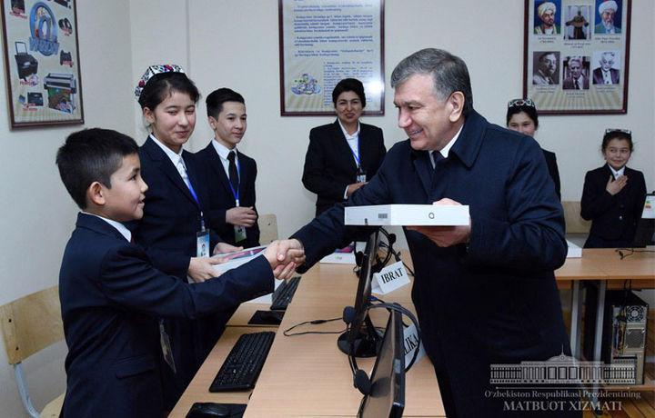 Шавкат Мирзиёев Абдулла Орипов номидаги мактаб ўқувчиларига совға улашди