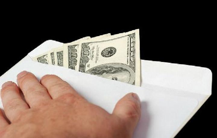 Собиқ ҳисобчи прокуратура терговчисига 1000 доллар пора таклиф қилди