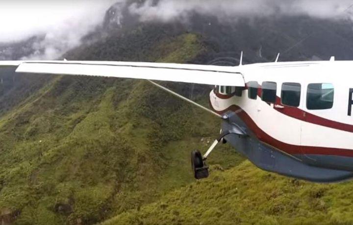 Самолет с девятью пассажирами пропал в Индонезии