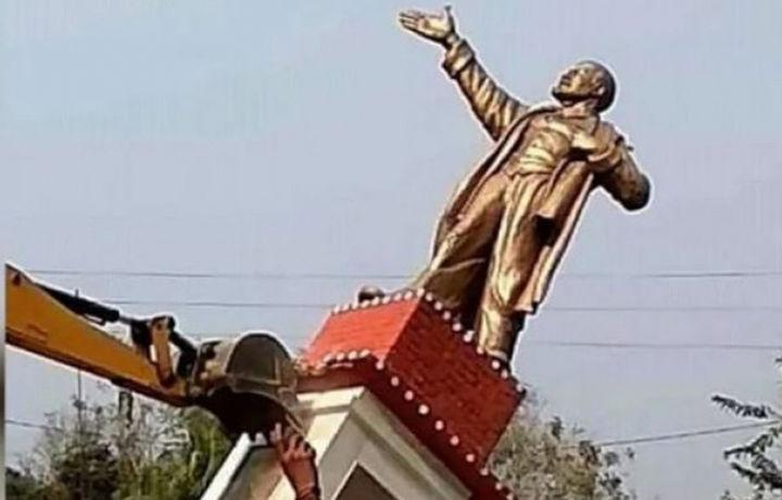 Ҳиндлар Ленин ҳайкалини қўпориб ташлашди (видео)
