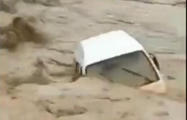 Samarqandda sel «Damas»ni oqizib ketdi (video)