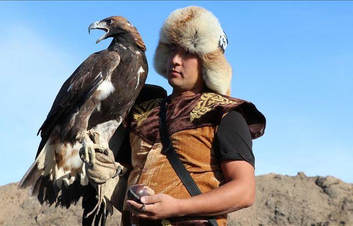 Казахстанец учит молодежь охоте с беркутом (фото)