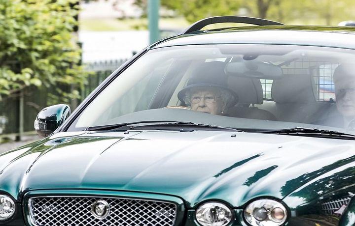 Английская королева перестанет водить машину