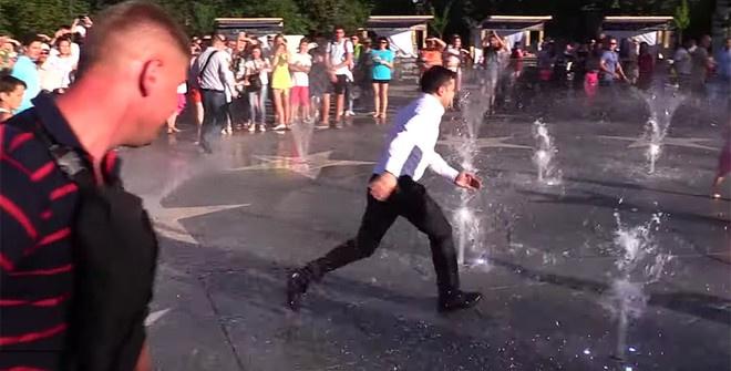 Зеленский сбежал от жителей Мариуполя и порезвился в фонтане