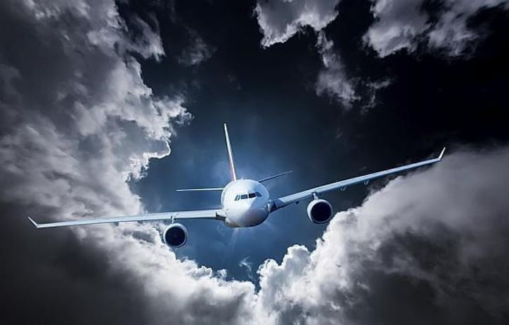 Пассажиры сняли на ВИДЕО, как бортпроводника подбросило к потолку в зоне турбулентности