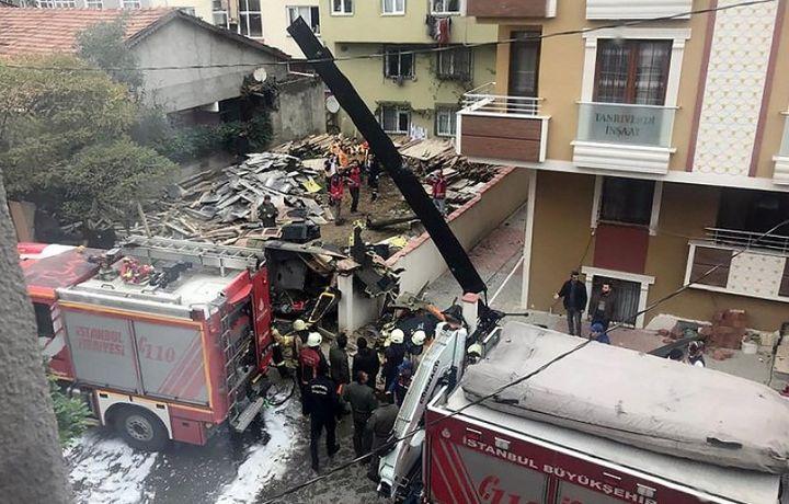 Четыре человека погибли при крушении вертолета в жилом квартале Стамбула