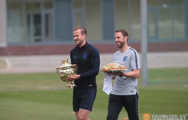 Футболисты сборной Англии отказались пробовать подаренный им каравай (фото)