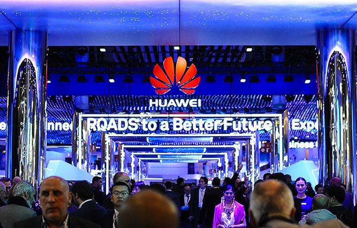 Huawei Nova 4 с дырявым экраном засветился на фото