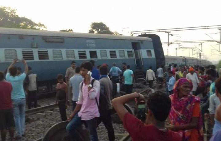 Пассажирский поезд сошел с рельсов в Индии (фото+видео)