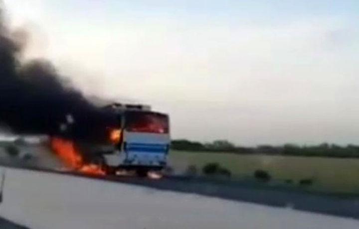 На трассе «Самарканд-Бухара» загорелся автобус (видео)