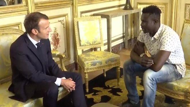 Президент Франции принял «Спайдермена» спасшего падающего ребенка (видео)