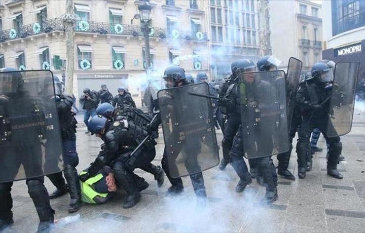 Во Франции расследуют полицейское насилие над протестующими