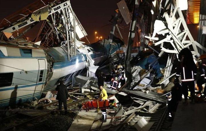 Стало известно число жертв крушения поезда в Анкаре (видео)