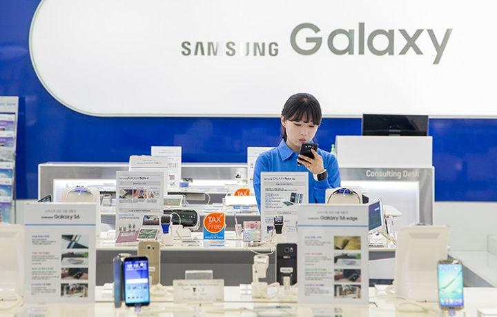 Samsung представила смартфон с тройной камерой