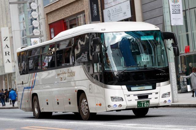 Японияда мактаб автобуси ағдарилиб кетди