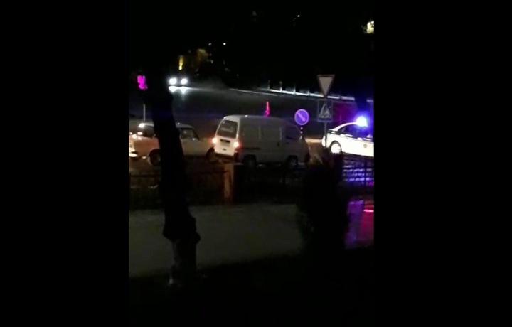 «Сквер» тўсилган: номаълум машина катта тезликда майдонни айланмоқда (видео)