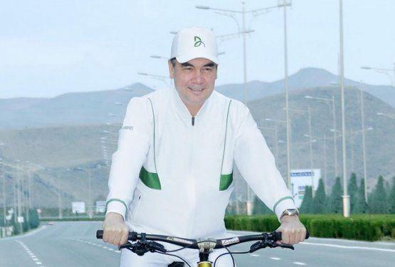 Turkmaniston prezidenti hukumat majlisiga velosipedda keldi