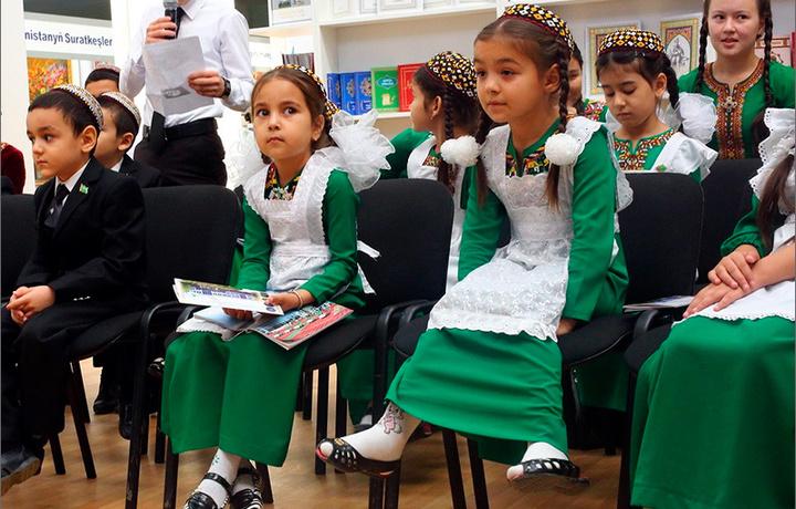 Turkmanistonda maktab formasi va o'quv qurollari uch oyda bo'lib to'lash sharti bilan foizsiz sotilmoqda