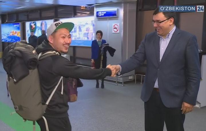 Визасиз режим: Ўзбекистонга келган сайёҳлар тантанали кутиб олинди (видео)