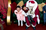 Санта-Клаус с детьми в торговом центре «King of Prussia Mall» в Пенсильвании. США.