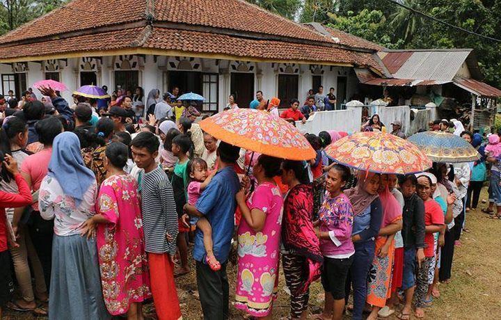 Число жертв цунами в Индонезии достигло 373