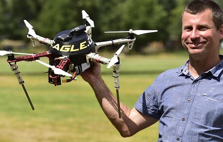 Создан беспилотник для отпугивания птиц от самолёта