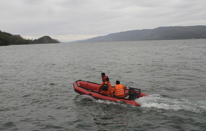 При крушении парома в Индонезии пропало без вести 180 человек